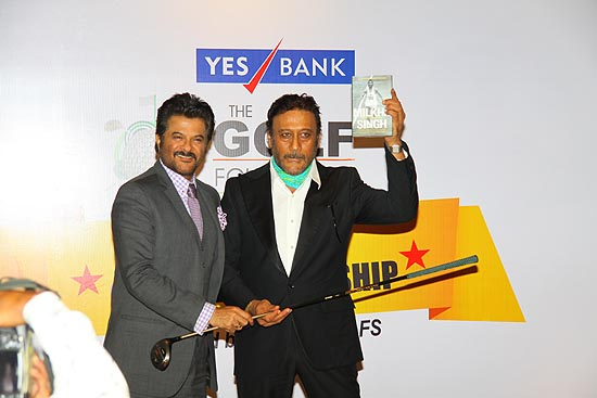 <div class='clear_description'>Anil Kapoor and Jackie Shroff enthusiastically participating in the auction</div>