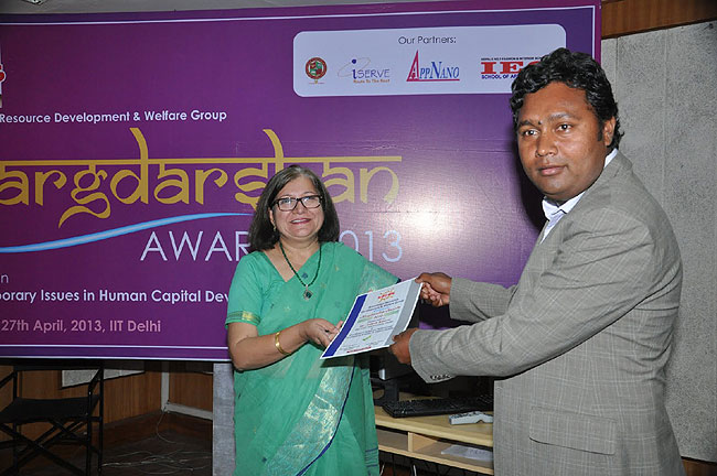 <div class='clear_description'>Ashok Kumar receiving award for being best student</div>