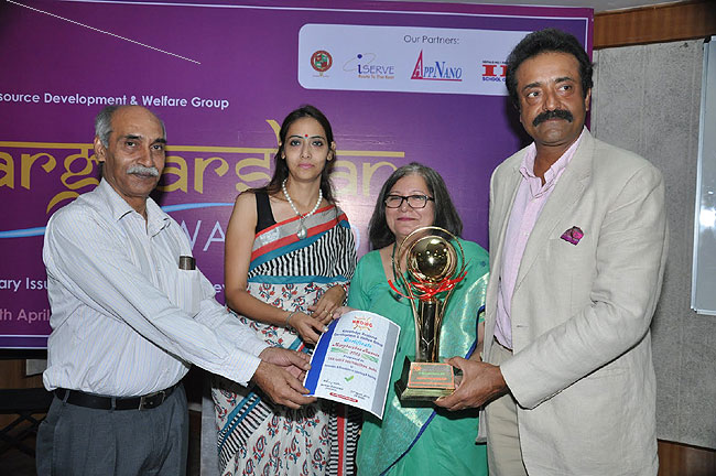 <div class='clear_description'>Amit Luthra receiving award from Anju Banerjee for best 'Coaching & Training'</div>